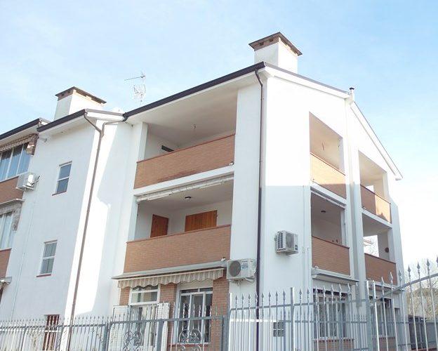 Vendiamo appartamenti trilocali a pochi passi dal mare