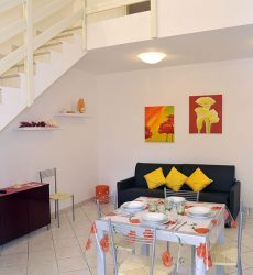 Villa in vendita angolare verticale con ampio giardino e spazioso patio coperto