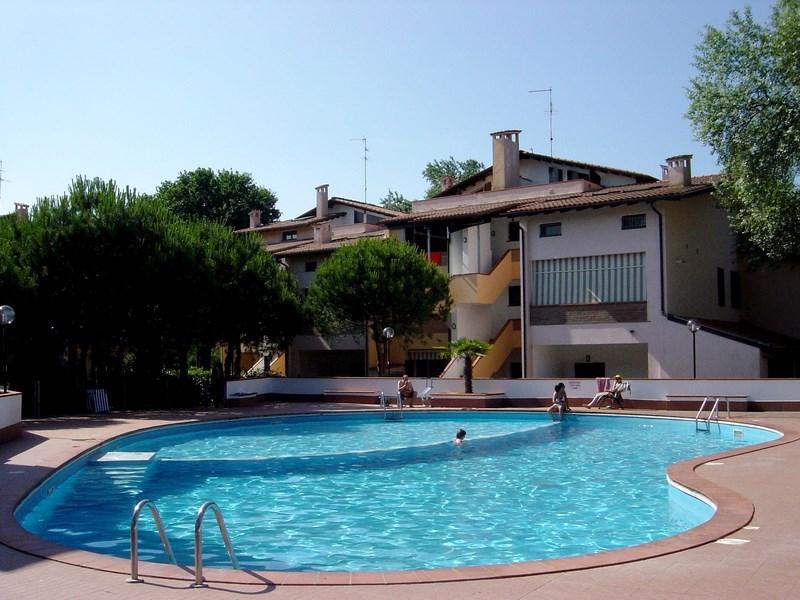 Appartamento al piano terra in residence con piscina a ...