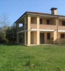 Vendita Villetta verticale angolare di testata con giardino